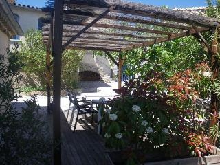 terrasse indépendante aménagée d'un barbecue et salon de jardin