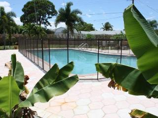 Tropical Paradise--Huge Pool--1 mile from the Beach