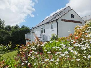 HALFPENNY COTTAGE, wonderful detached cottage, shared swimming pool, woodland ar