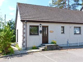 GARDEN COTTAGE, pet-friendly single-storey cottage, garden, close amenities in, Newtonmore