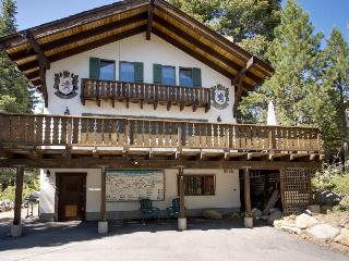 Charming alpine chalet with a private deck, blocks from trails and Lake Tahoe!, Tahoe City