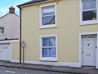 BARAFUNDLE HOUSE, pet-friendly coastal cottage, garden, close shops and beach, Tenby Ref 25109