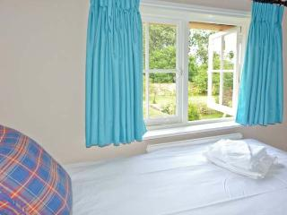 GARDENER'S COTTAGE, pet-friendly cottage with woodburner, garden, in Hadleigh Ref 24518