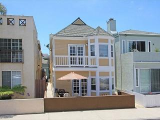 3BD/2BA-Large Patio with BBQ, Near Park, 6 Houses from the Sand! (68328)