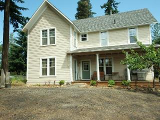 Comfy, pet-friendly retreat in Hood River.
