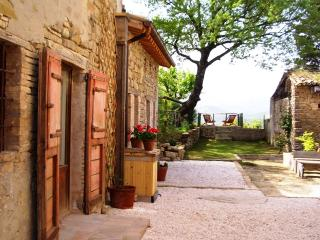 Charming stone cottage with pool & wonderful views, Pievebovigliana