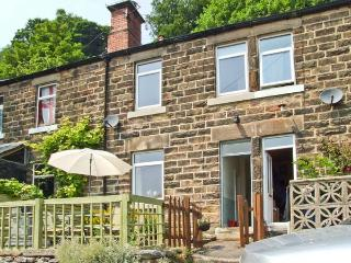 THE PAINTER'S COTTAGE, cosy cottage with village views, close National Park, ideal for touring, Matlock Bath Ref 26429