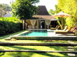 2 Javanese Houses, 1 Amazing Rental near Seminyak, Canggu