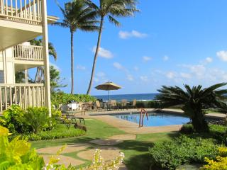 Oceanfront * A/C * 2 STEPS TO THE POOL*GREAT VIEWS, Koloa