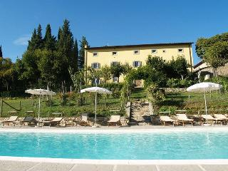 This rustic Arezzo country house for 14 people is the perfect setting for a coun