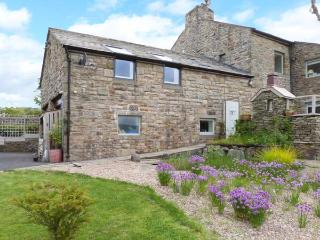 THE LOFT AT STONE CROSS, romantic apartment with wonderful views, walks from door, ideal for Dales or Lakes, Slaidburn, Clitheroe Ref 25969