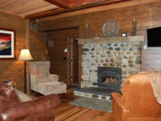Salon avec télévision à écran plat et cheminée à gaz