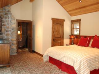 Chambre 1 avec lit king size, télévision à écran plat et salle de bain complète