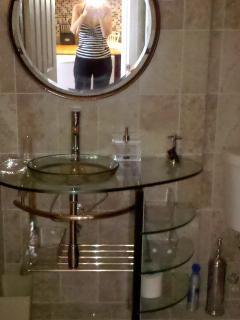 Eur. des. vanity w/ vessel & Quoizel mirror