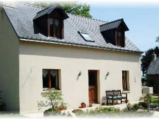 2 bedroom cottage with panaramic lake veiws of the adjoining fishing lake, location de vacances à Cleguerec
