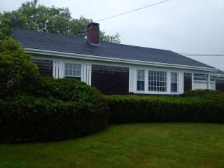 Cute cottage with sunroom huge yard and ocean view, Little Compton
