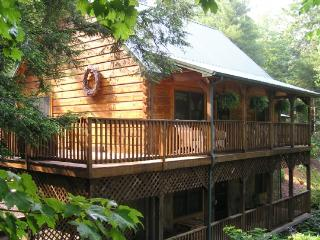 Peak-A-Boo Creek-4br, 2.5ba,Hot tub, Pool Table, creek
