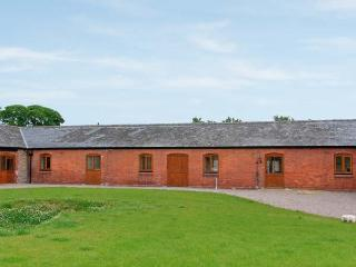 THE GRANARY, single-storey luxury barn conversion with hot tub, woodburner, games barn, Alberbury Ref 15916, Shropshire