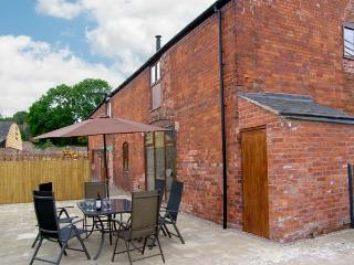 THE MILL HOUSE, spacious luxury cottage with hot tub, sauna, woodburner, pool table, games room, Alberbury Ref 15917, Shropshire