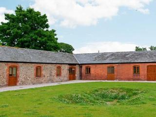 THE ARCHES, single-storey luxury cottage with private hot tub, games barn, woodburner, Alberbury Ref 15915, Shropshire