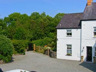 CARREG RHYS, romantic retreat, hot tub, roll-top bath, woodburner, near Malltrae