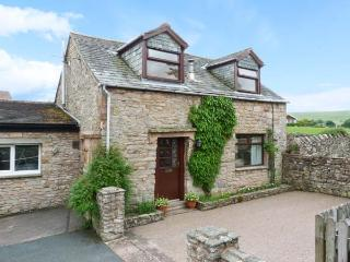 MEWS COTTAGE, cosy cottage with open fire, walled garden, close Ullswater in, Pooley Bridge