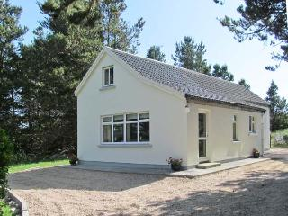 CARNA CHALET, en-suite facilities, close to the coast, open plan accommodation