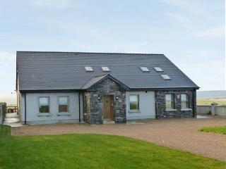 TRANQUIL HILL, luxury detached cottage, open fire, en-suite bedrooms, stunning, Belmullet