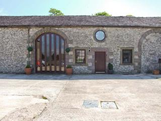 NUMBER 4, pet-friendly cottage, working farm, country setting, easy access Peak District, Biggin Ref 26452, Derbyshire