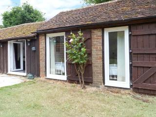 SHEPERD'S FARM COTTAGE, all ground floor, rural location, private garden and expansive, shared grounds, in Lenham Heath, Ref. 7731, Kent