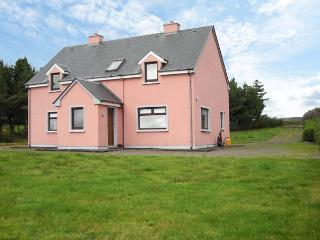 GLOR AN SRUTHAN, pet-friendly, panoramic sea views, en-suite facilities, near Ballinskelligs, County Kerry