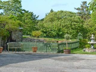 QUINCE COTTAGE, ground floor apartment, private patio, shared BBQ area and