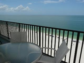 Charming beachfront condo w/ heated pool, hot tub & mesmerizing ocean views, Marco Island