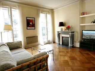 Lovely large 1 BR with balcony in Le Marais, París