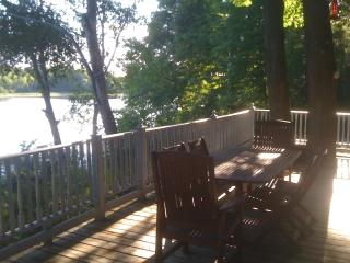 3 Bedroom Waterfront Cottage with Pool on Rideau, Honey Harbour