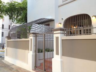 ** Newly Remodeled ** Artist's Urban Garden Apartm, San Juan