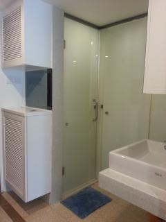separate shower and toilet, convenient for big families..