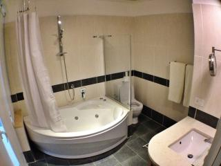 2nd Bath with jetted tub