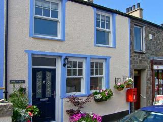 PENMAEN COTAGE, pet-friendly cottage with hot tub, patio, close sandy beach in Trefor Ref. 24258, Noord-Wales