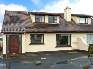 SEA PARK COTTAGE, pet-friendly, solid fuel stove, seaside cottage, in Lahinch
