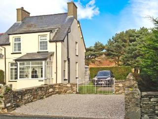 TY'R YSHOL, pet-friendly cottage with hot tub, woodburners, by golf course, Morfa Bychan Ref 26167