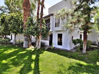 Beautiful, Remodeled Mid Century-Inspired Palm Springs 2bd/2ba Condo