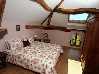 Charming master bedroom, super kingsize bed, convertible to 2 single beds, ceiling fan, blinds