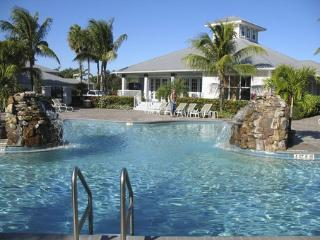 New! Golf Resort Condo, Near the Best of Naples!, Napels