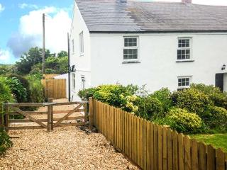 APPLEDORE COTTAGE, woodburner, pets welcome, off road parking, en-suite, pretty cottage near Porthtowan, Ref. 904671