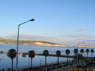Apartment for 4, with stunning view to bay w ships, Bugibba
