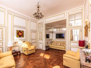 THE SAME PRESTIGE AND LUXURY AS IN THE PALACE, Versalles