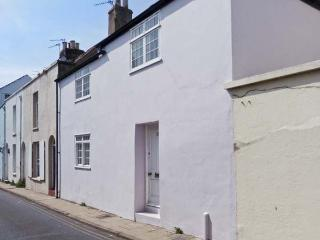 SEASHELL COTTAGE, fisherman's cottage, woodburner, sea views, 30 yards from the