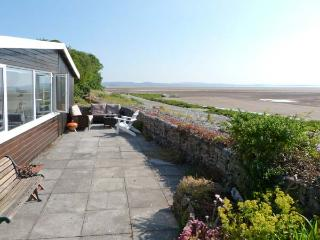 DRIFTWOOD COTTAGE, beach-style cottage, all ground floor, parking, patio area
