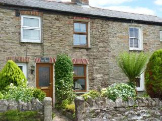 SAFE HAVEN, terraced cottage, central location, woodburner, garden, in Tywardrea